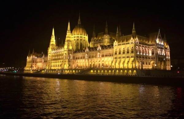 Hungarian-Parliament-Building-at-night-770x499