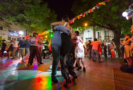 Tango_dancers_take_to_a_square_in_San_Telmo_Buenos_Aires_160317TsLJbH